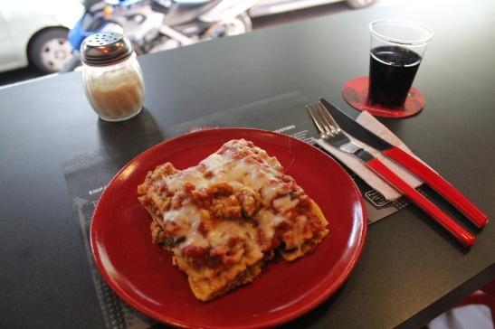 My lunch - lasagna de carne, con una copa de vino tinto.