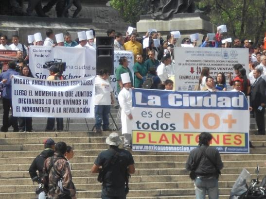 Protest against Protests, Angel de Independencia. (Photo: Darren Popik)